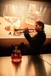 il musicista e perfromer Stefano Serafini interpreta l alchimia di Zacapa