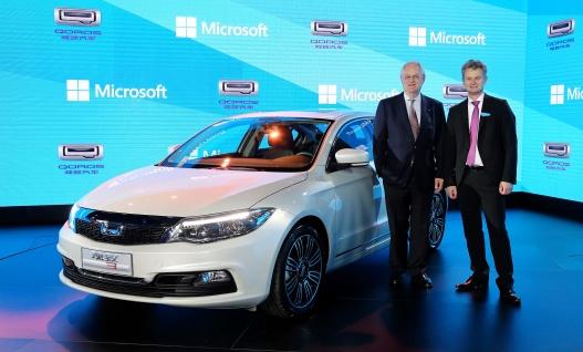 QorosQloud_Microsoft Azure launch-1: Qoros 3 Sedan al lancio di Windows Azure con il Vice Presidente Qoros, Volker Steinwascher e Ralph Haupter, Presidente e AD di Microsoft Greater China Region