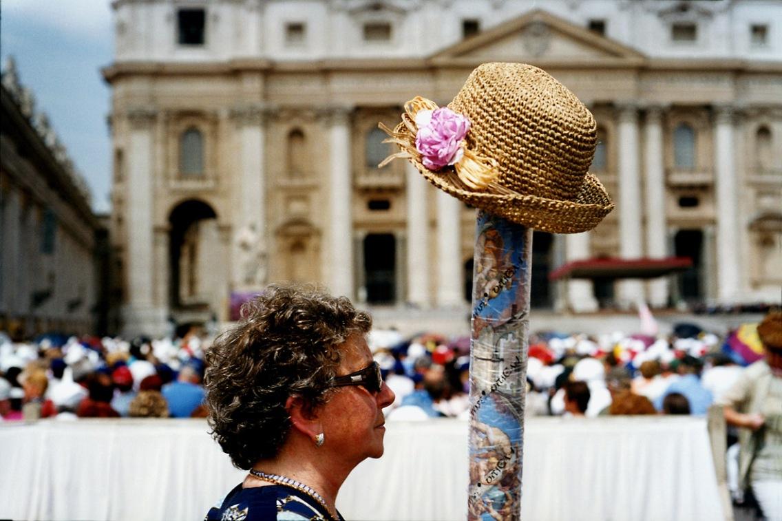 2. © Fabio Cuttica/ Contrasto Una turista cerca i suoi compagni di viaggio durante l'angelus del papa a piazza San Pietro, 2002