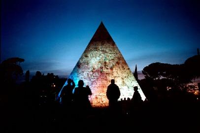 3. © Fabio Cuttica/Contrasto Piramide Cestia, Roma, 2002