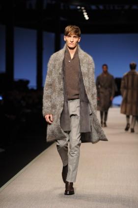 Look 2 · Cappotto in maglia in lana mohair e seta jacquard damascata, collo scialle · Gilet lungo in visone rasato · Pantalone in flanella melange senza risvolto