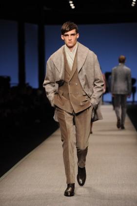 Look 3 · Giaccone in lana bouclé e seta jacquard damascata · Abito doppiopetto in velluto · Sciarpa damascata in velluto iridescente