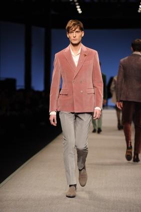 Look 4 · Giacca doppiopetto in velluto con revers punta lancia · Camicia in seta con collo a scialle · Pantalone in velluto senza risvolto · Spilla in vetro soffiato veneziano